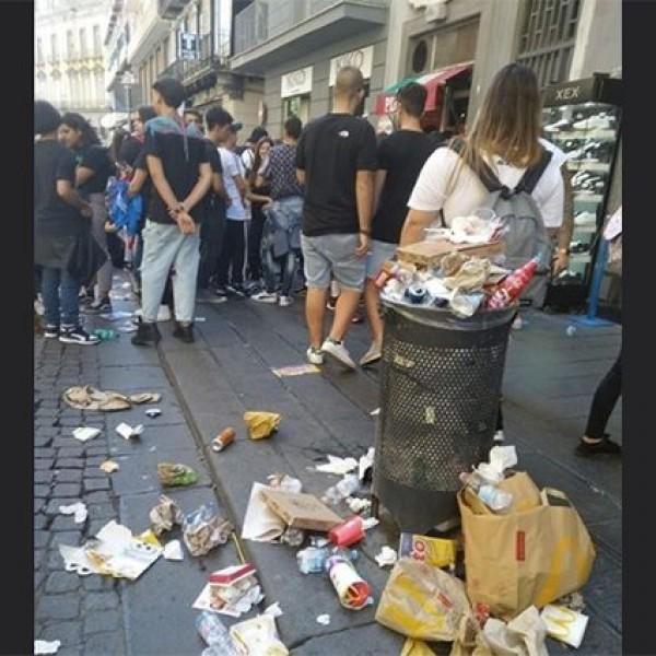 La foto incriminata, ritraente Via Toledo (Napoli)